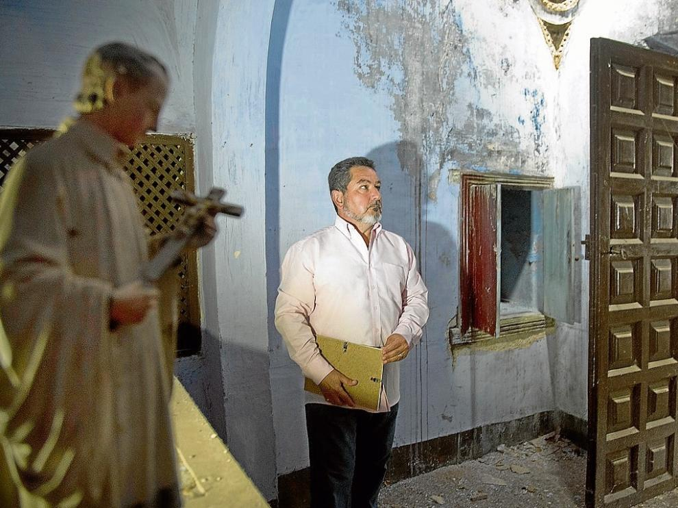 El alcalde, en la capilla del palacio de los Condes de Argillo, junto al armario que guardaba el cráneo.