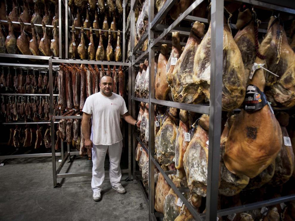 Paco Nacher, en el secadero de Jamones Bronchales.
