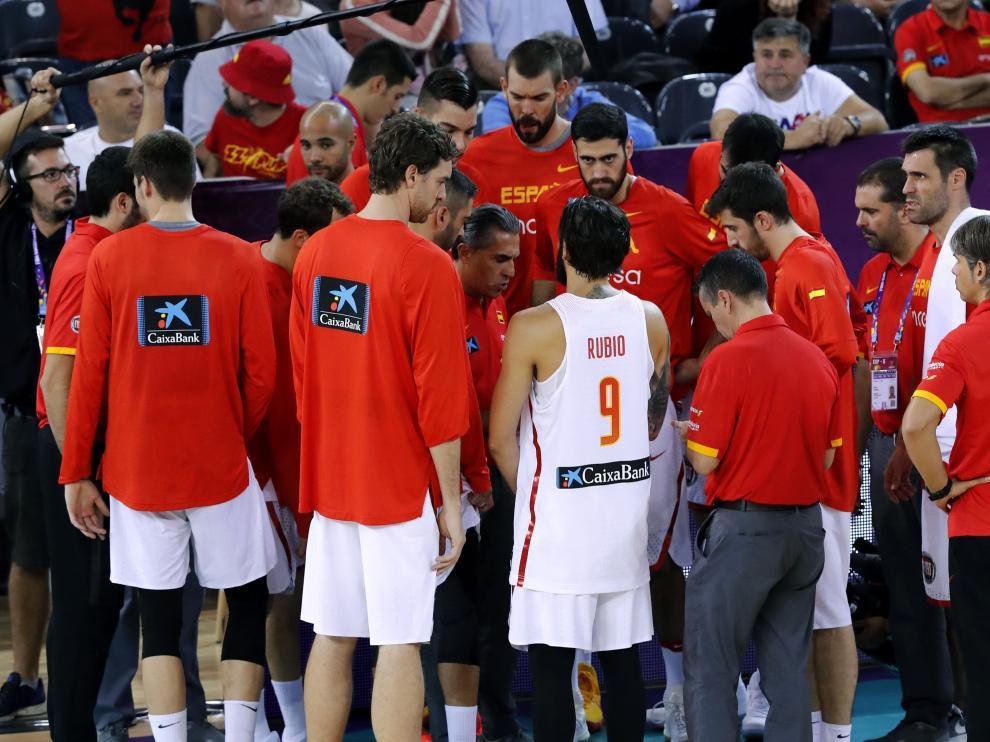 Los jugadores de la selección, recibiendo instrucciones de Sergio Scariolo