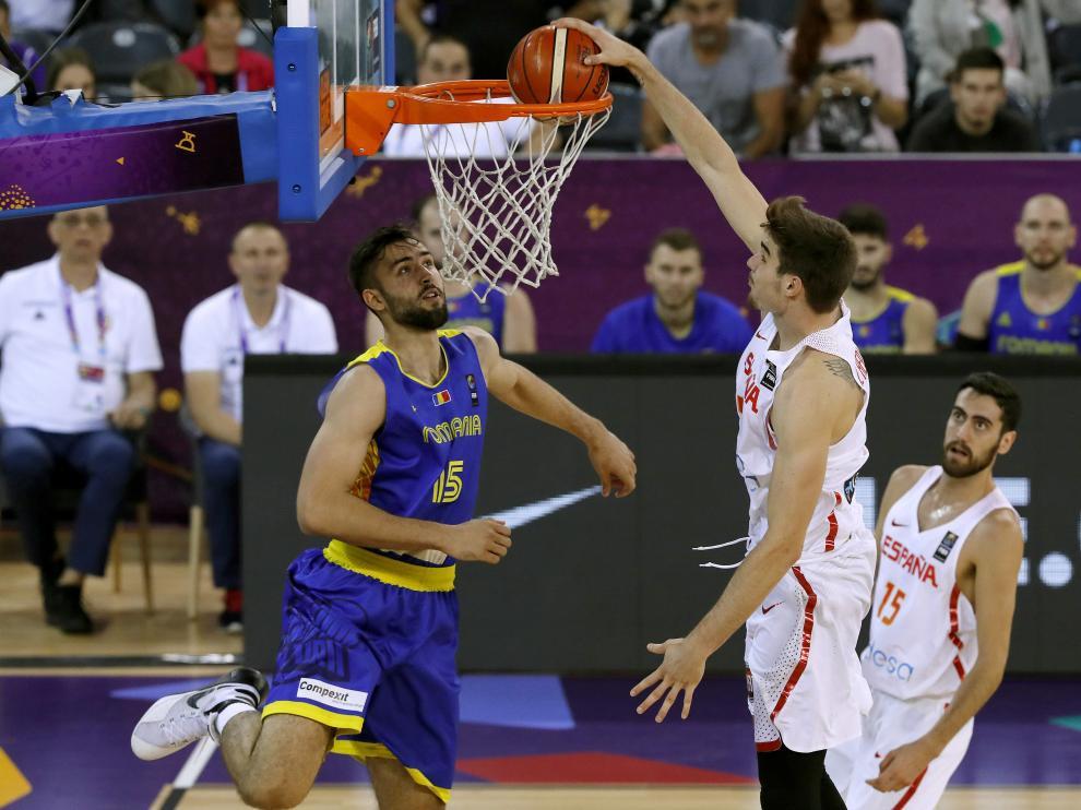 Hernangómez entra a canasta ante el jugador rumano Emanuel Cate