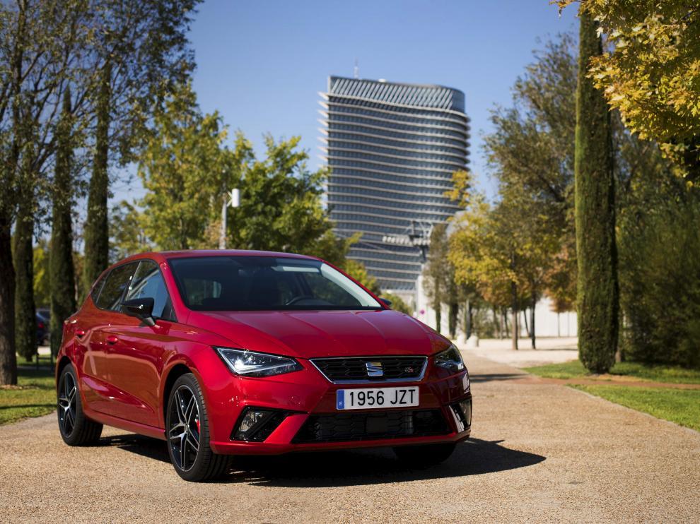 El SEAT Ibiza 1.0 TSI, con acabado deportivo FR, ante la Torre del agua, en Zaragoza.