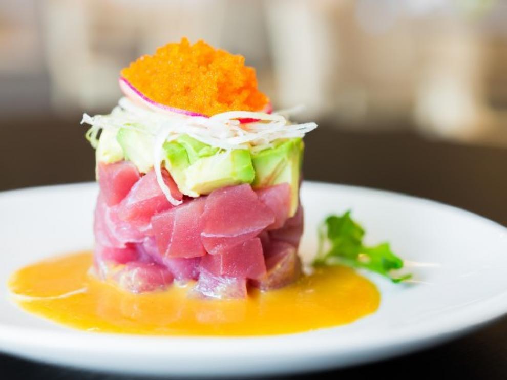 Un plato de tartar de atún con aguacate.