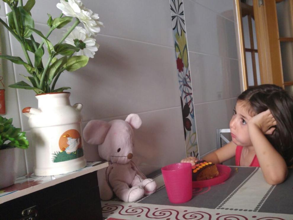 Daniela, con su peluche Kico.