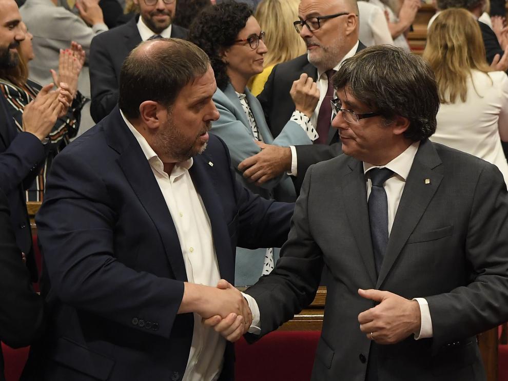 Carles Puigdemont y Oriol Junqueras, felicitándose mutuamente.