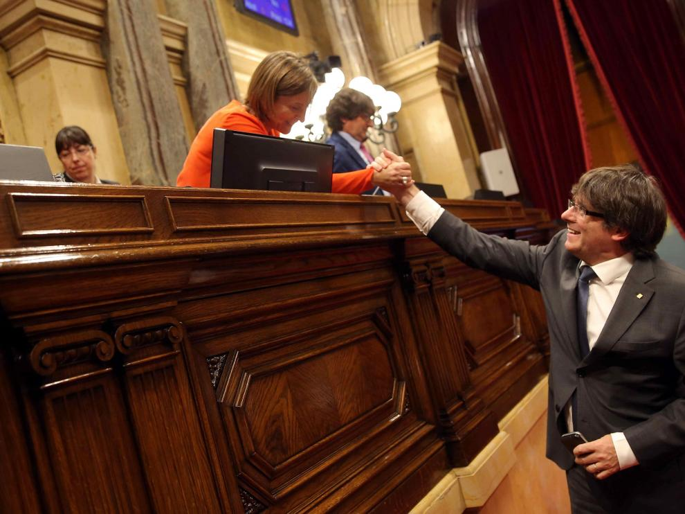 Puigdemont y Forcadell, saludándose.