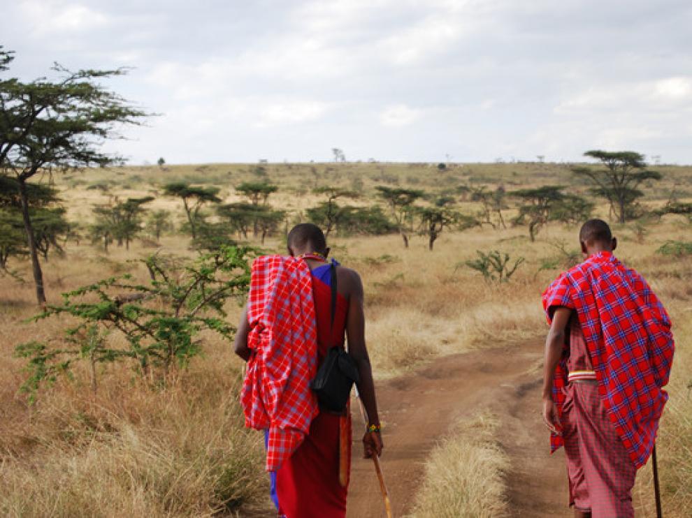 Dos masáis guían una excursión en los alrededores de la reserva de Masái Mara