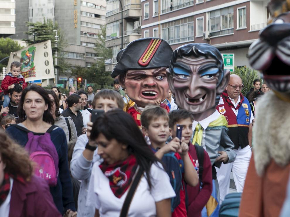 Participación de los cabezudos en el inicio de las fiestas del barrio Las Delicias,