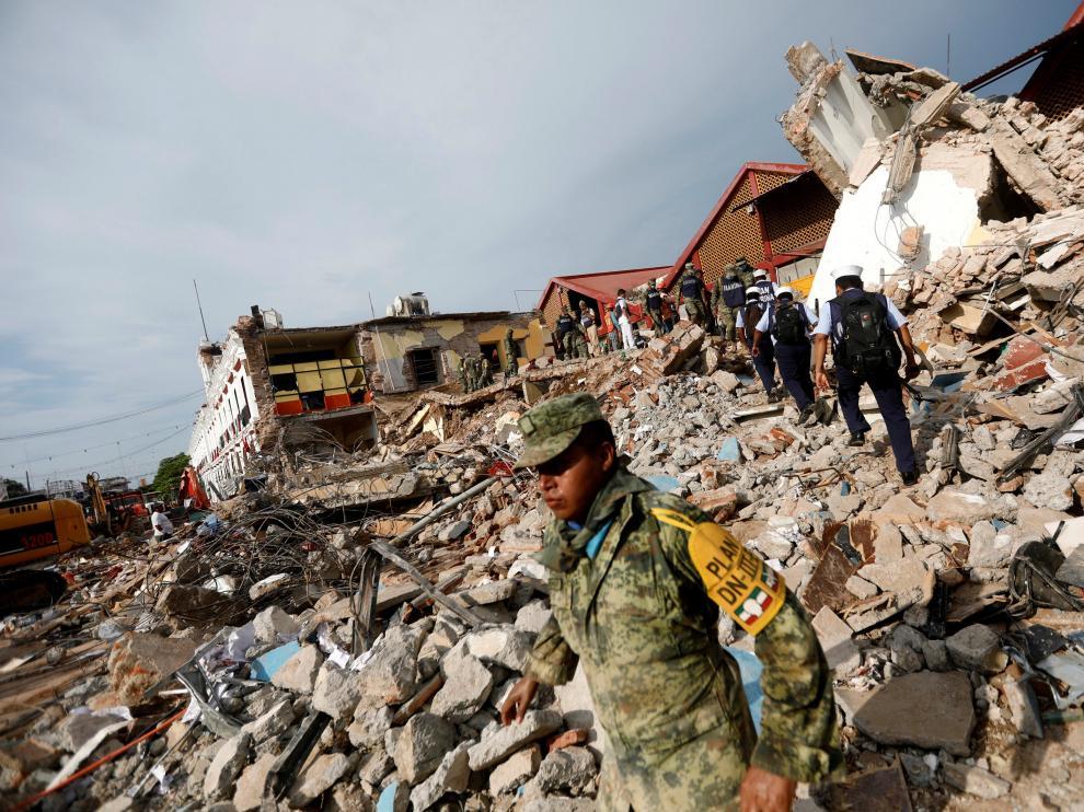 Trabajos en los escombros que han quedado tras el terremoto de México.