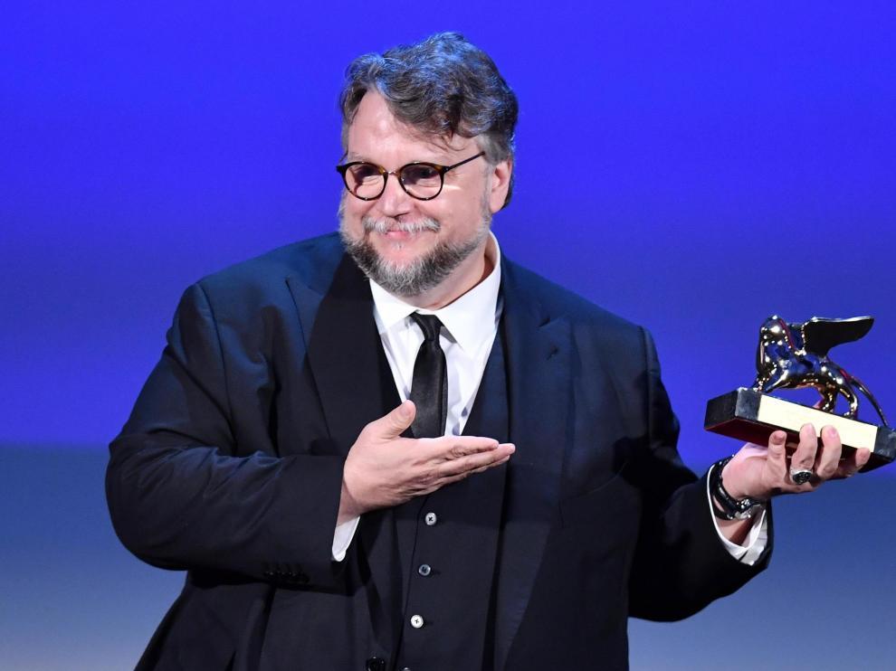 El cineasta Guillermo del Toro posa con el León de Oro.
