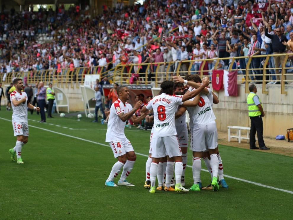 Los jugadores de la Cultural celebran el tanto del empate.