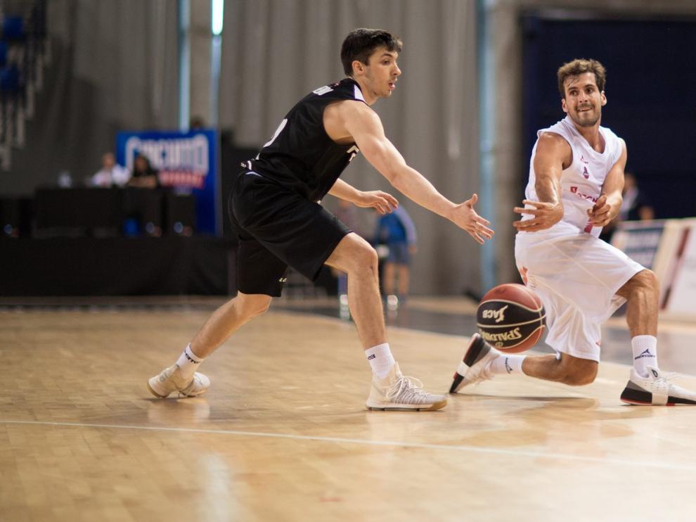 Tomás Bellas filtra un pase durante el amistoso en Logroño frente al Bilbao Basket.