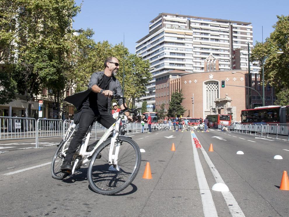 La edición de 2016. Un ciclista prueba una bicicleta eléctrica en la semana de la movilidad de 2016, que cerró al tráfico el paseo de Pamplona. Fue una jornada muy polémica, dado que se cortó la céntrica vía zaragozana en un día laborable, lo que provocó atascos en las horas punta.