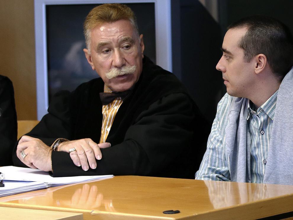 El presunto descuartizador de Majadahonda (derecha), junto a su abogado (izquierda).