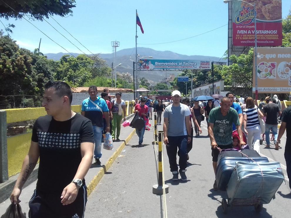 Venezolanos atraviesan la frontera entre Venezuela y Colombia en el Puente de Simón Bolívar.