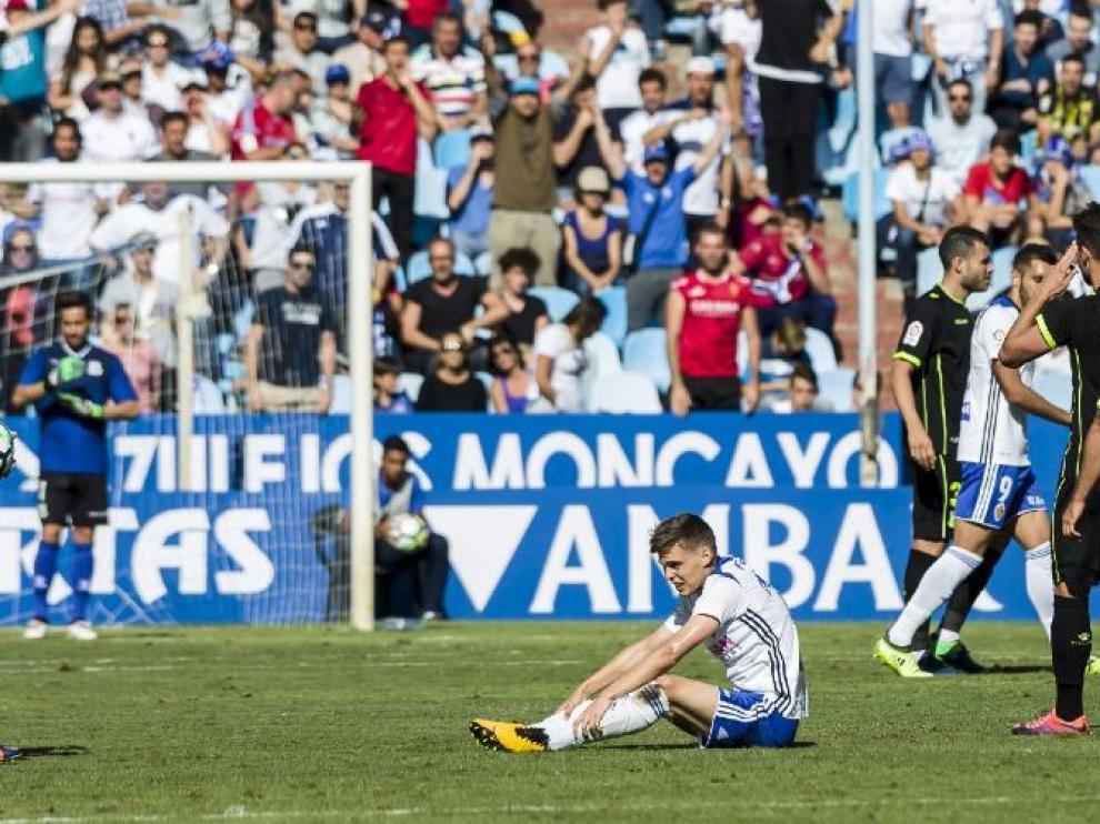 Febas, dolorido en el suelo, tras la enésima falta que cometieron sobre él los jugadores del Alcorcón el pasado domingo en La Romareda ante la pasividad del árbitro gallego Pérez Pallas.
