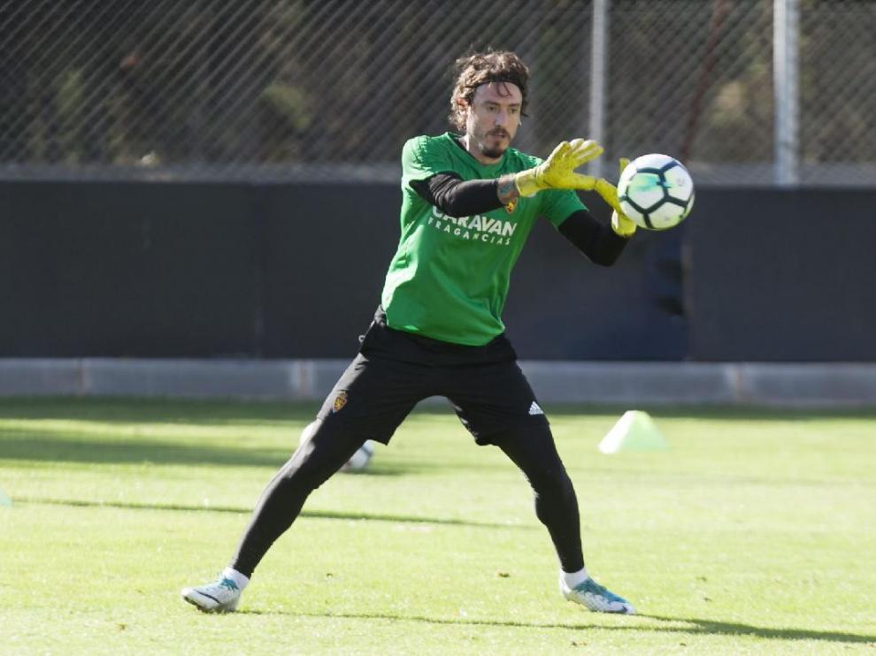 Cristian Álvarez detiene un balón en el entrenamiento del equipo en la Ciudad Deportiva