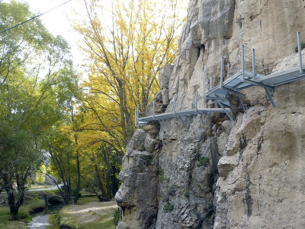 Pasarelas ancladas a la roca en la Senda Fluvial de Aliaga.