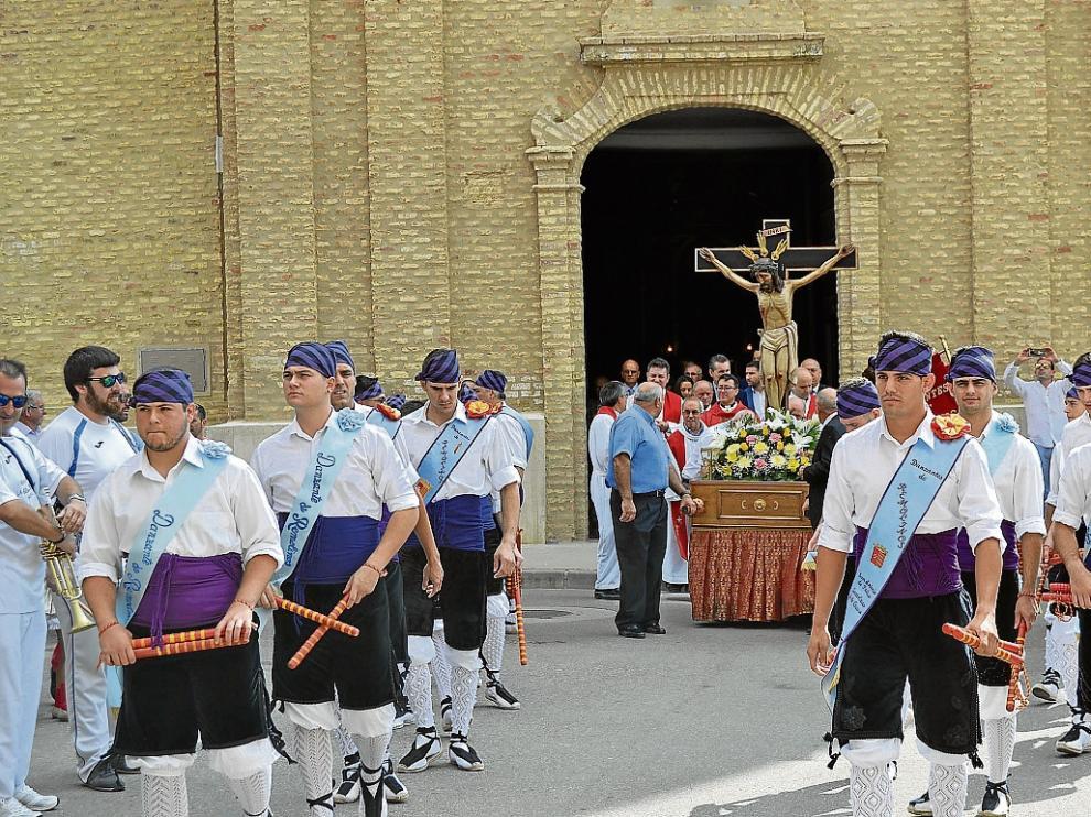 Los danzantes desfilaron ayer en la procesión en el día grande de Remolinos.