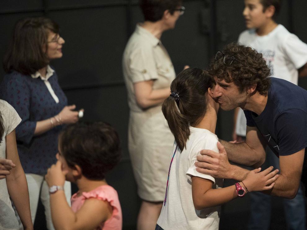El actor Àlex Cantó imparte el taller de teatro de ZGZ Escena que junta a niños con adultos.