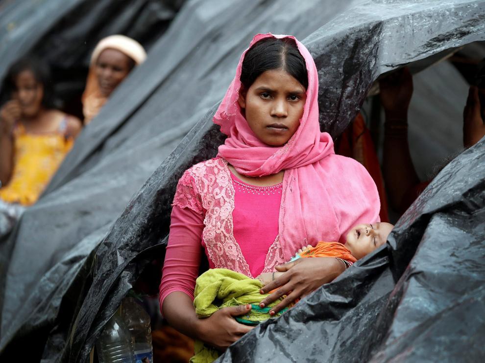Una madre y su hijo en un campamento rohinyá en Bangladesh