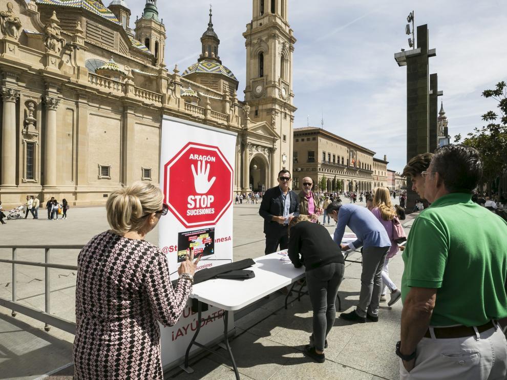 La Asociación Aragón Stop Sucesiones recogió ayer firmas en la plaza del Pilar.