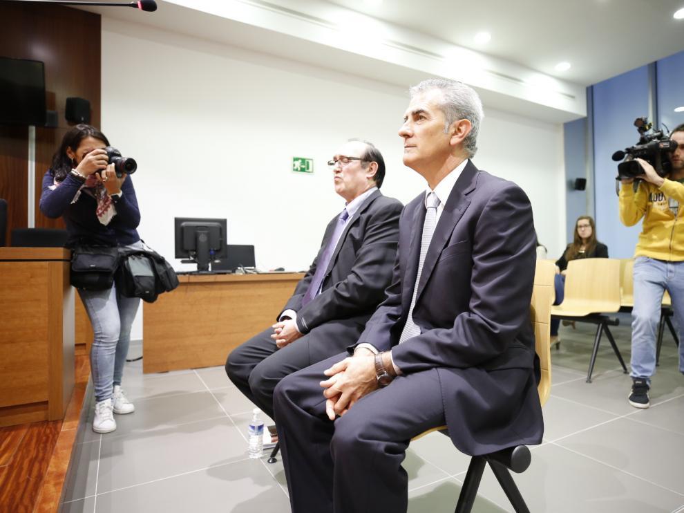 El exalcalde de Mallén Antonio Asín, en primer plano, y el funcionario municipal Pedro Rueda, en el banquillo de la Audiencia este lunes.