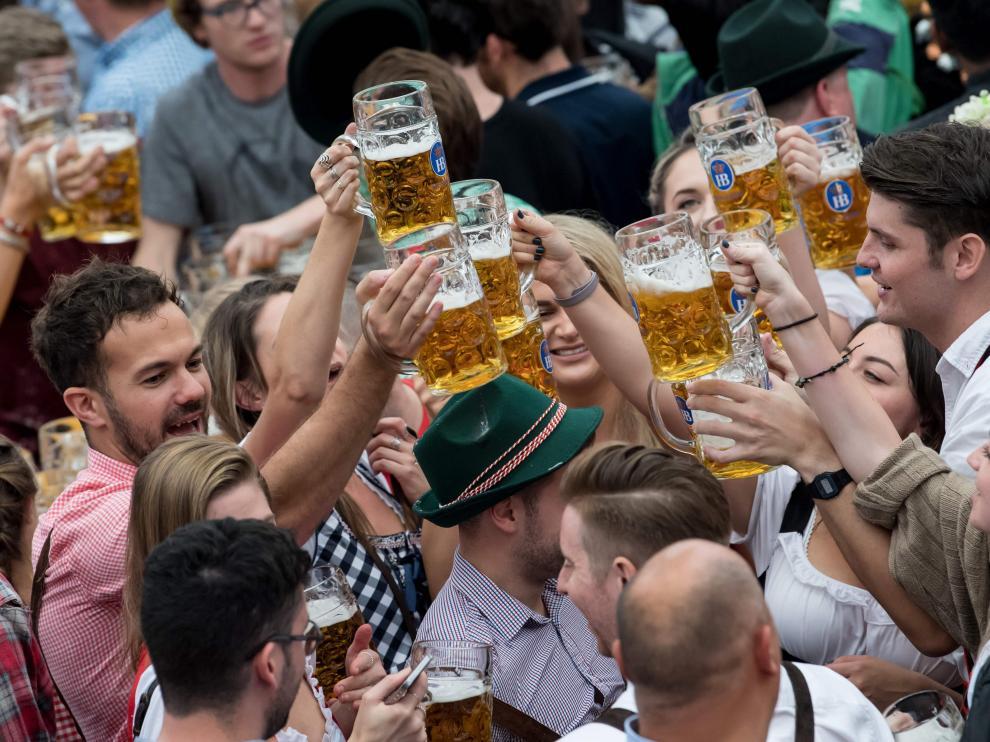 Gente bebiendo en el primer día de la Oktoberfest.