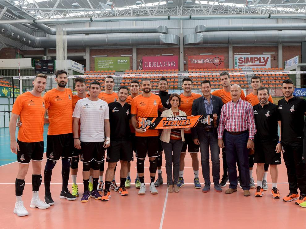 La alcaldesa Emma Buj con la plantilla del Club Voleibol Teruel, este lunes en el pabellón de Los Planos.