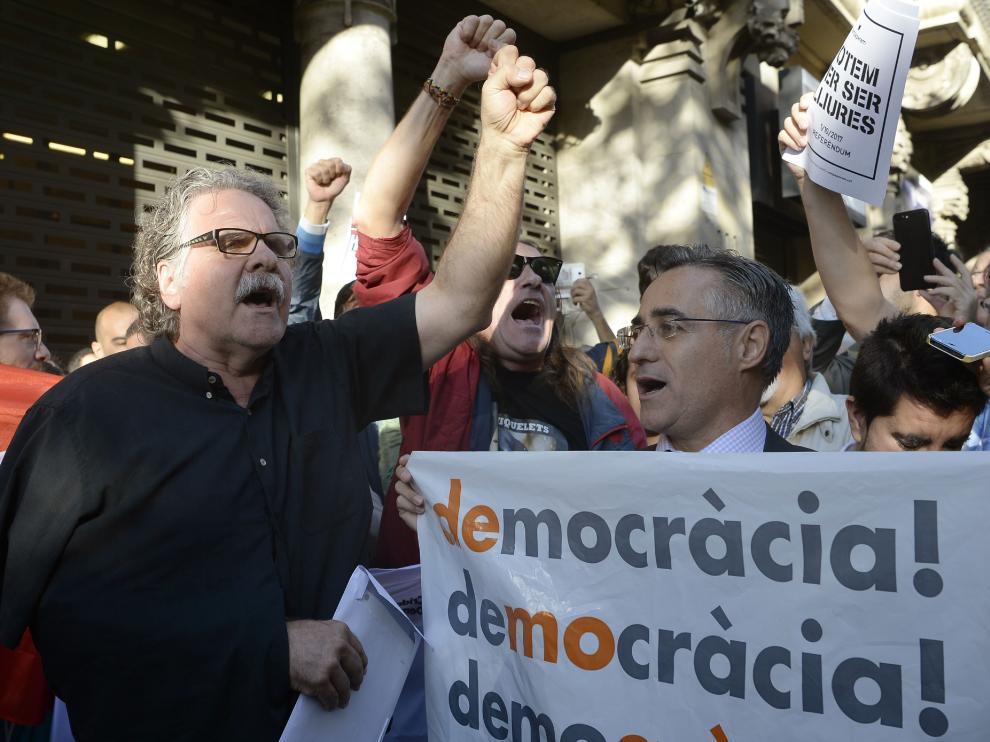 Tarda, junto a decenas de manifestantes en Barcelona.