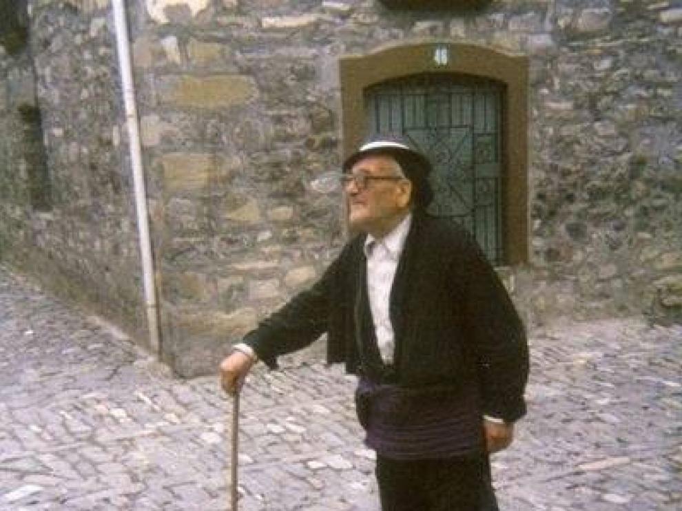 Jorge Puyó, el último en vestir el traje ansotano en el Alto Aragón.