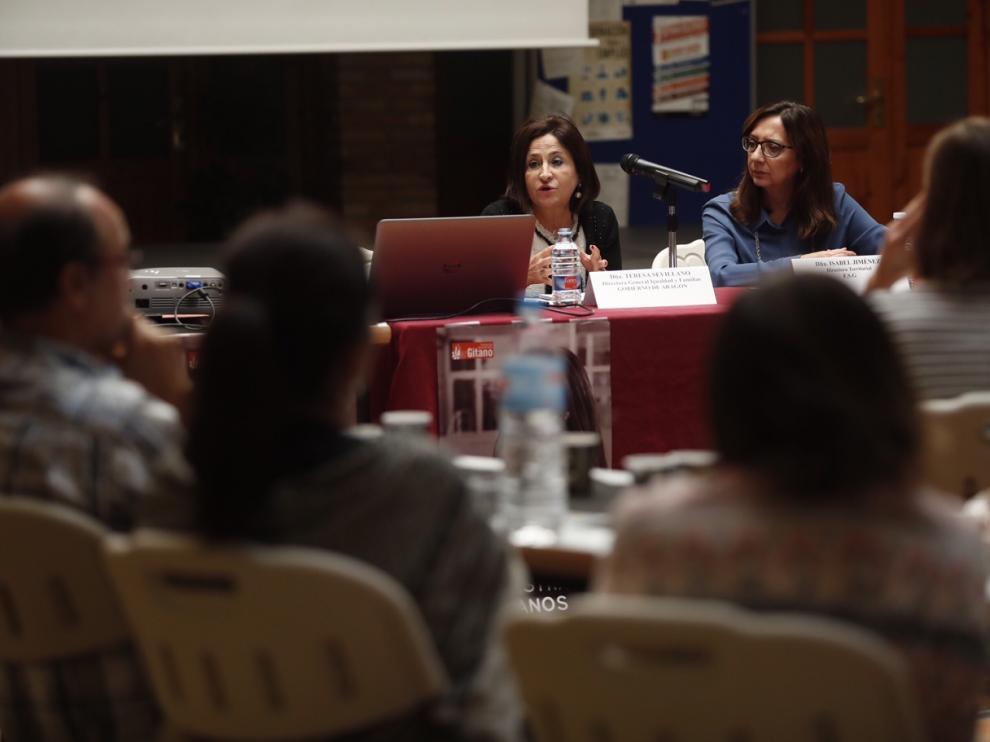 Teresa Sevillano, directora general de Igualdad y Familia, e Isabel Jiménez, directora territorial de Aragón de la Fundación Secretariado Gitano