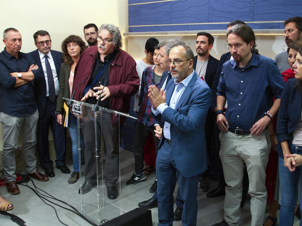 Pablo Iglesias, junto a otros diputados de Podemos, IU, ERC, PNV, PdCat y Bildu, en el Congreso.