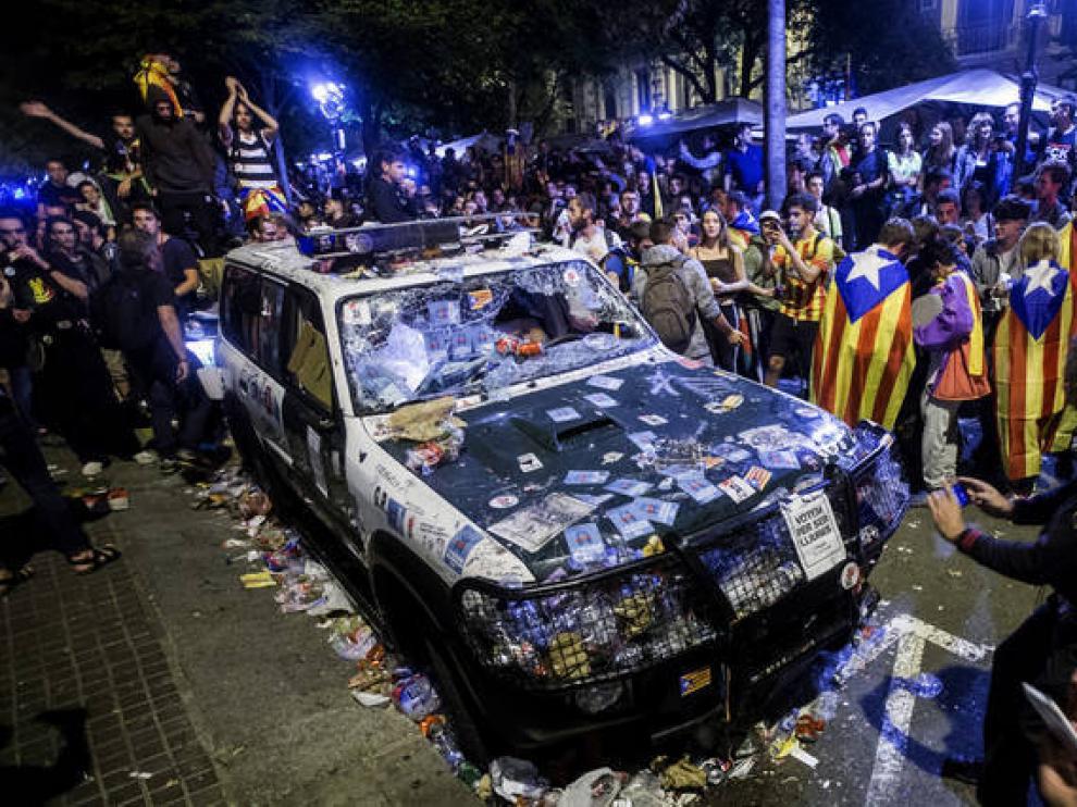 Uno de los vehículos de la Benemérita asaltados en Barcelona