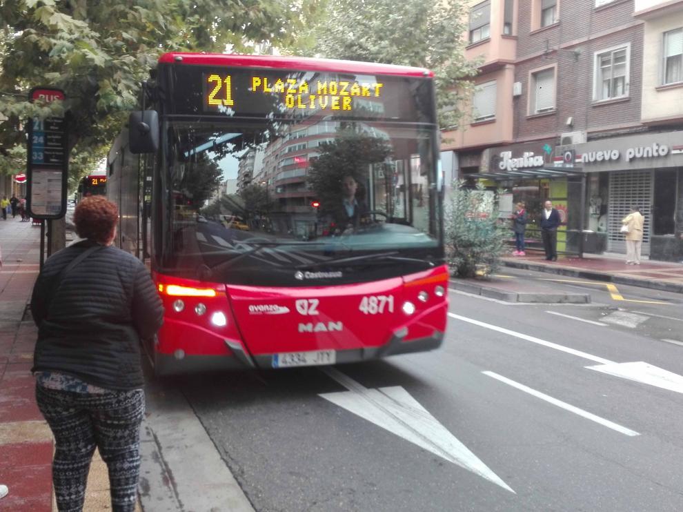 Una de las paradas de la línea 21 en Zaragoza