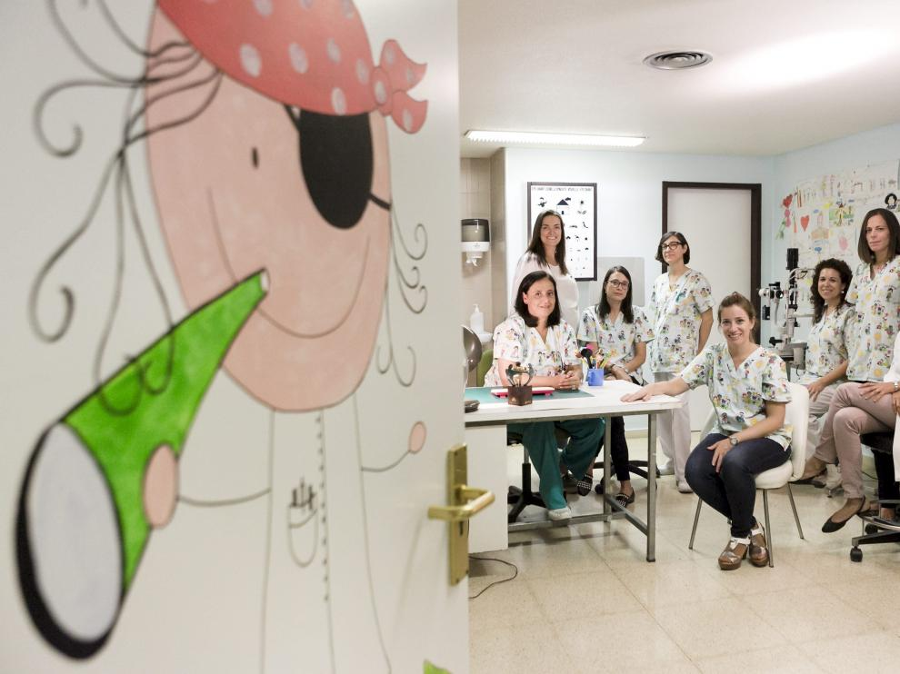 Las oftalmólogas Inmaculada González, Olimpia Castillo, Esther Prieto, Cristina Gracia (auxiliar de clínica), Irene Altemir (óptica), Patricia Pla (enfermera), Victoria Pueyo y Teresa Pérez.