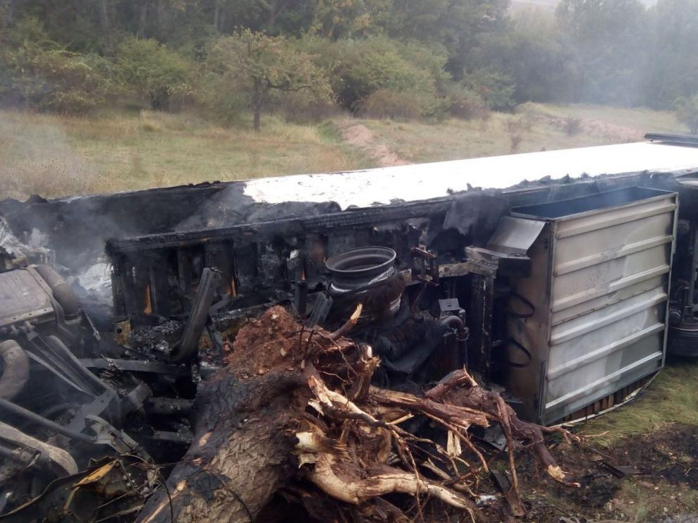 Un fallecido al incendiarse un camión en la N-234