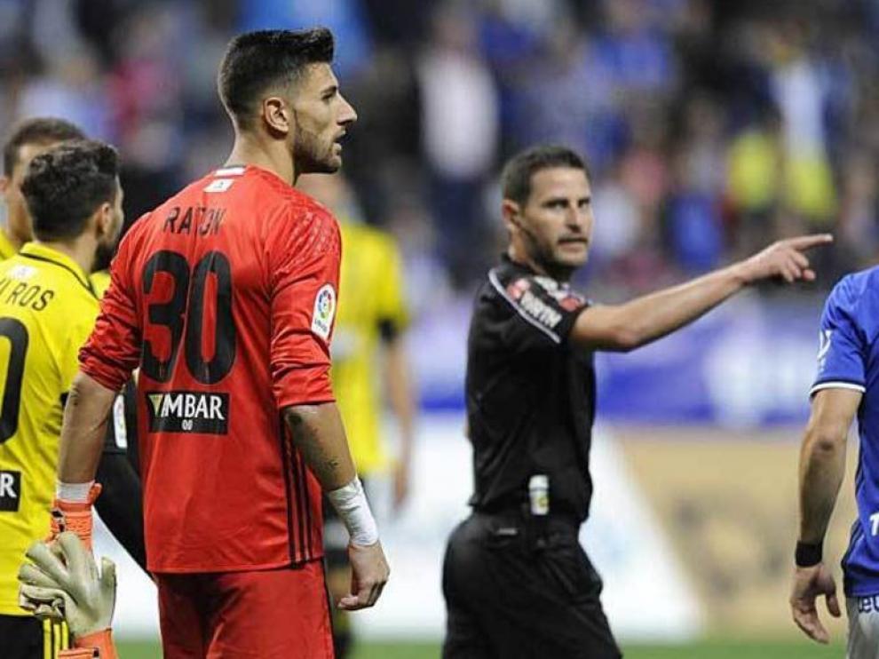 Momento en el que Figueroa Vázquez, con gesto enojado, expulsa a Ratón en el Carlos Tartiere en el Oviedo-Real Zaragoza del pasado mes de mayo.