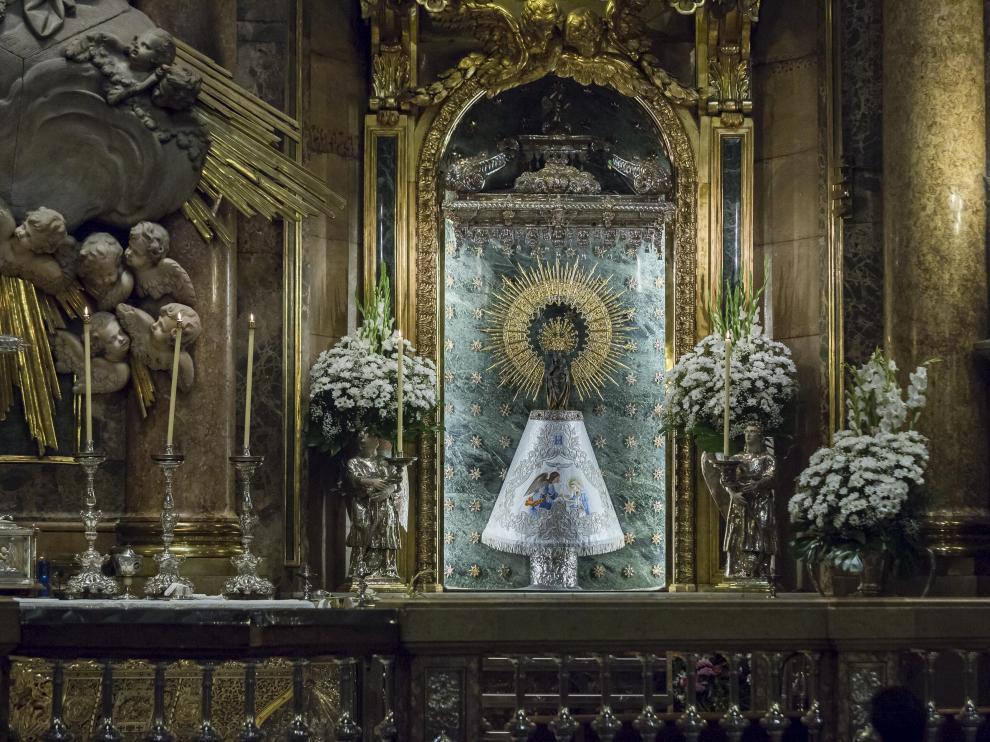 La Virgen del Pilar con el manto donado por HERALDO al Cabildo.