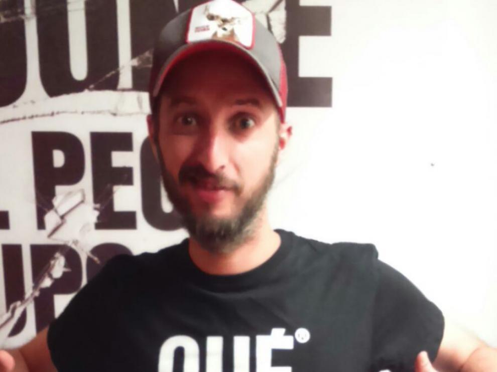 Diego Peña con una camiseta de la firma 'Que pasa co'.