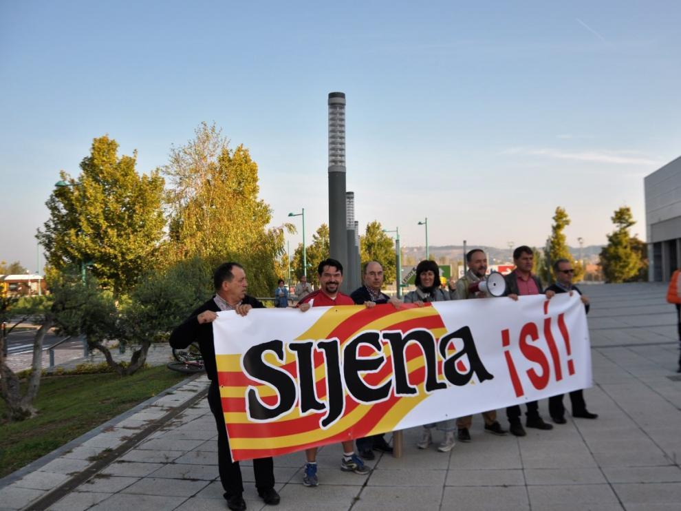 Varios representantes de la plataforma 'Sijena Sí' han protagonizado este domingo una concentración pacífica a las puertas de la 'Asamblea por la fraternidad, la convivencia y las libertades'