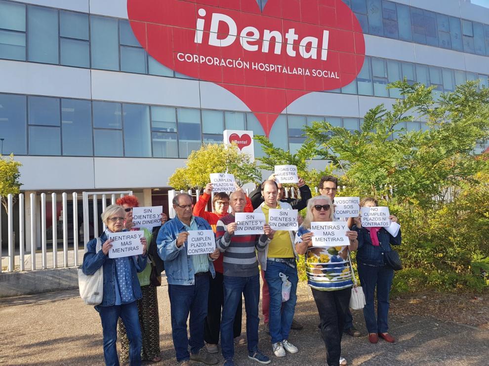 Concentración este lunes ante la clínica iDental en Zaragoza.