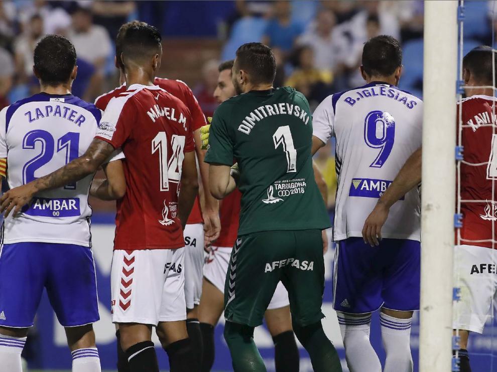 Momento en el que se inicia la acción en la que el portero del Nástic, Dimitrievski, acaba tirándose al suelo fingiendo una agresión de Borja Iglesias que no existió.