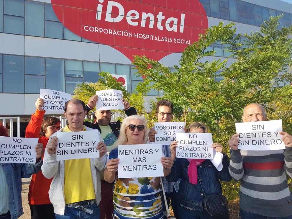 Concentración de protesta de clientes de iDental, este lunes en Zaragoza