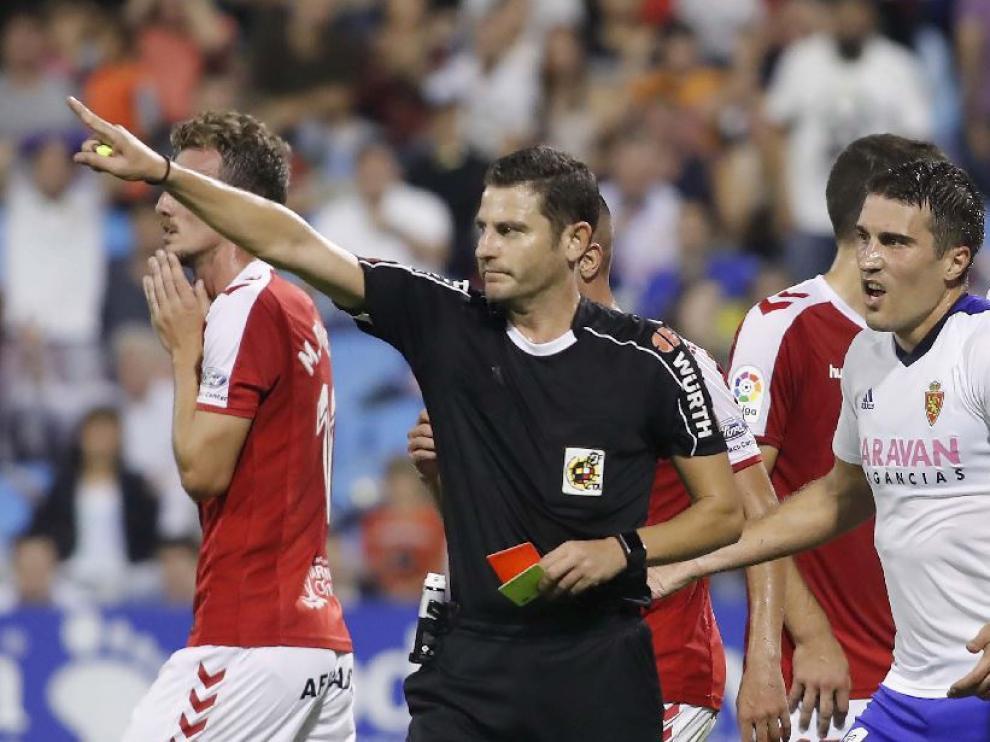 Figueroa Vázquez, junto a Zapater, tras decidir la expulsión de Borja Iglesias en la primera parte del Real Zaragoza-Nástic de este domingo.