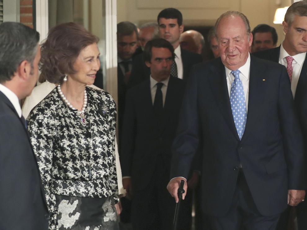 Don Juan Carlos y doña Sofía, con Aznar al fondo, este lunes.