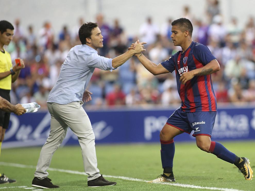 Rubi saluda al Cucho Hernández en un partido de esta temporada.