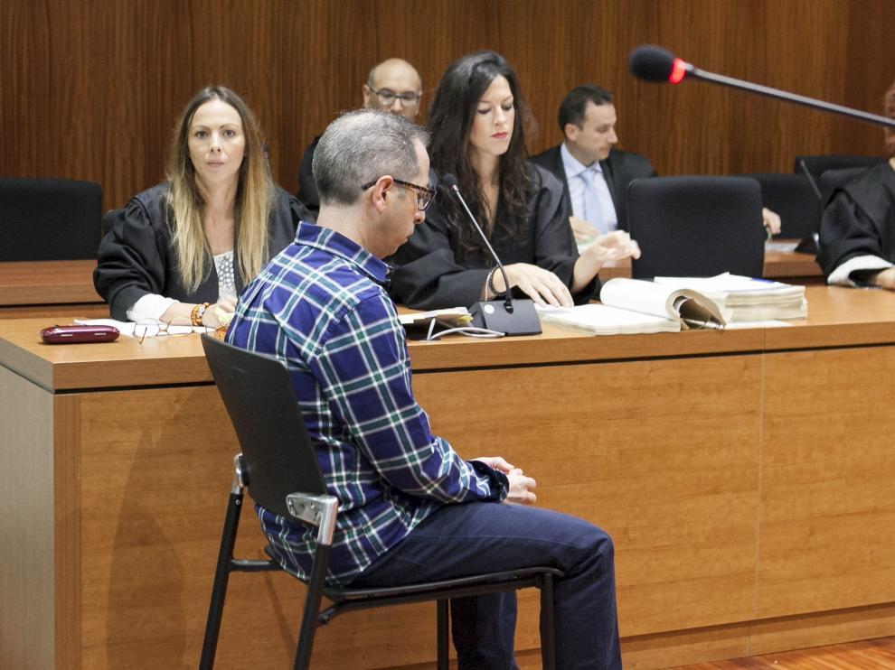Francisco Canela, acusado del homicidio de Robert Ricolti, cometido en Ricla en 2016, durante el juicio celebrado en la Audiencia Provincial de Zaragoza.