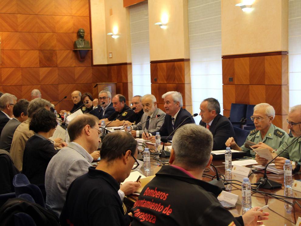 El delegado del Gobierno en Aragón, Gustavo Alcalde, ha presidido la reunión junto con el alcalde de Zaragoza, Pedro Santisteve.