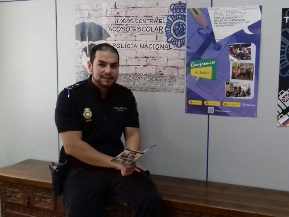 José Antonio Jiménez Giménez, gitano y Policía Nacional, en su comisaría de Zaragoza.