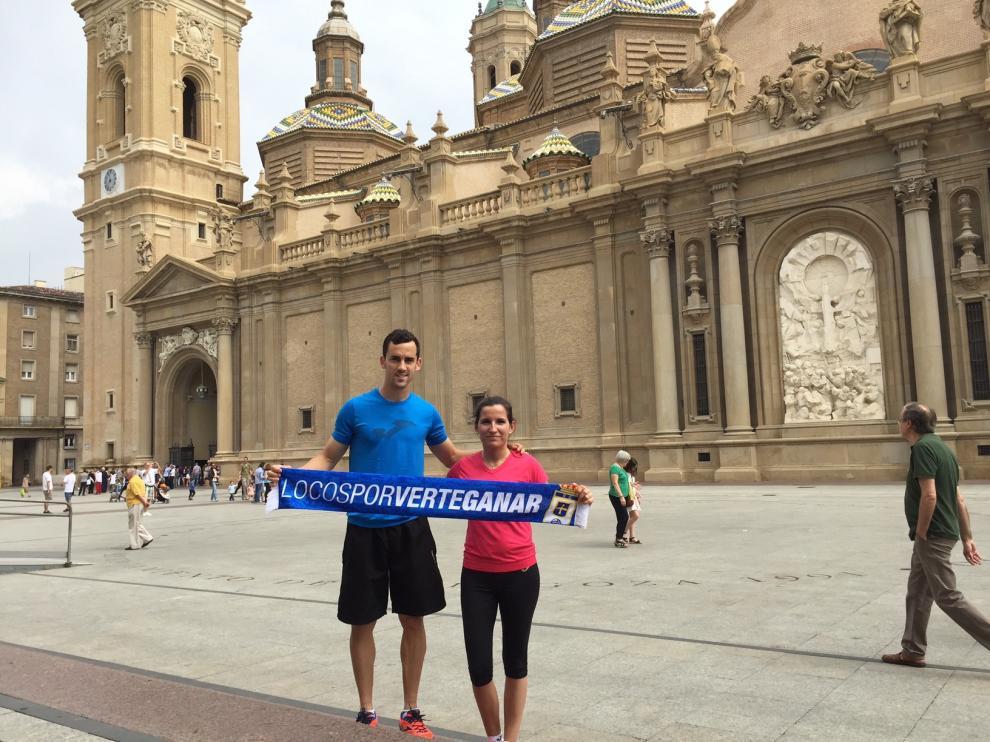 Miguel Linares y su esposa, Nazaret, en la plaza del Pilar, en junio de 2015.